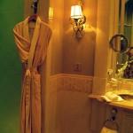 Roupão de seda no banheiro