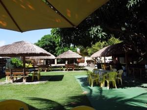 Foto-6-Bistro-Twin-mesas-sob-mangueiras